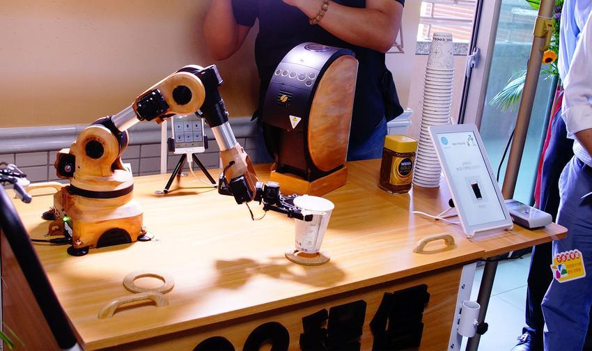 聖約翰科大機器手臂幫你沖咖啡