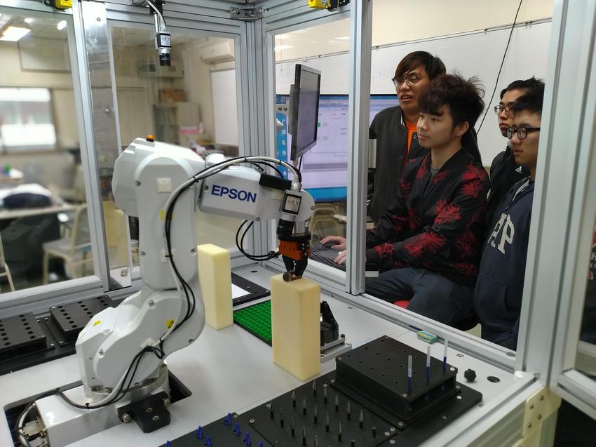 深耕AI教育 聖約翰科大機器人、智慧製造機械手臂正夯
